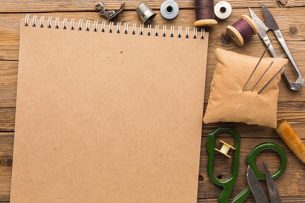 はさみと糸でノートブックの上面図 無料写真