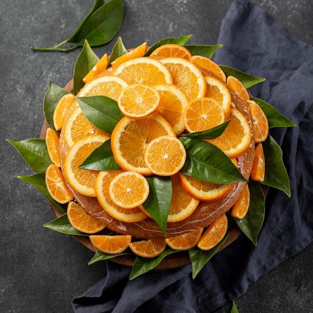 葉とオレンジ色のケーキの上面図 無料写真