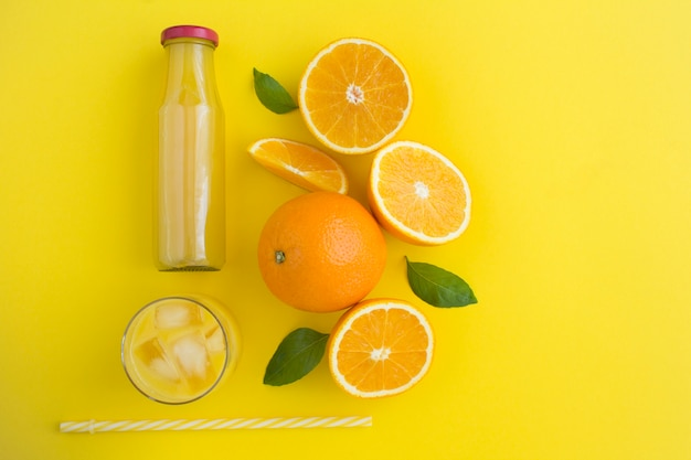 Вид сверху апельсинового сока и апельсинов Premium Фотографии