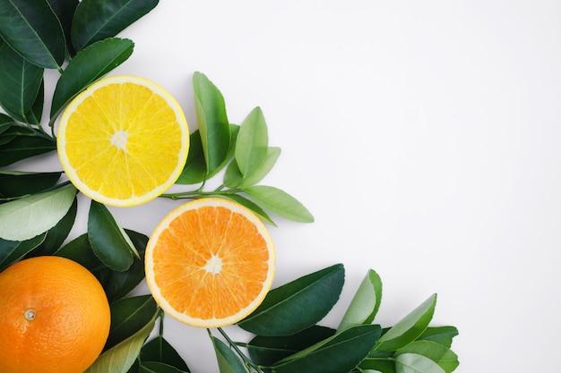 Teble背景の組織の果物と葉の上面図 Premium写真