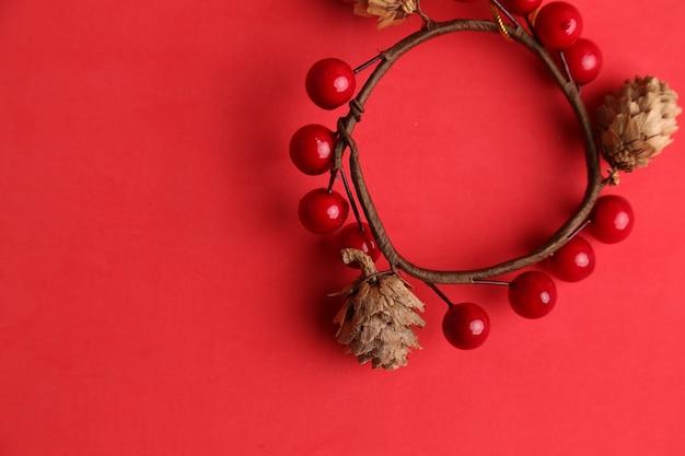 도토리와 체리로 만든 크리스마스 나무에 매달려 사용하는 장식의 평면도 무료 사진