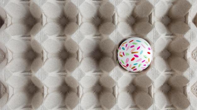 Вид сверху расписного пасхального яйца в картонной коробке Бесплатные Фотографии