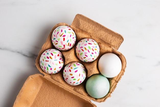 판지에 그려진 된 부활절 달걀의 상위 뷰 무료 사진