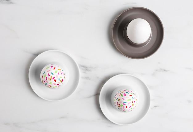 접시에 그려진 된 부활절 달걀의 상위 뷰 무료 사진