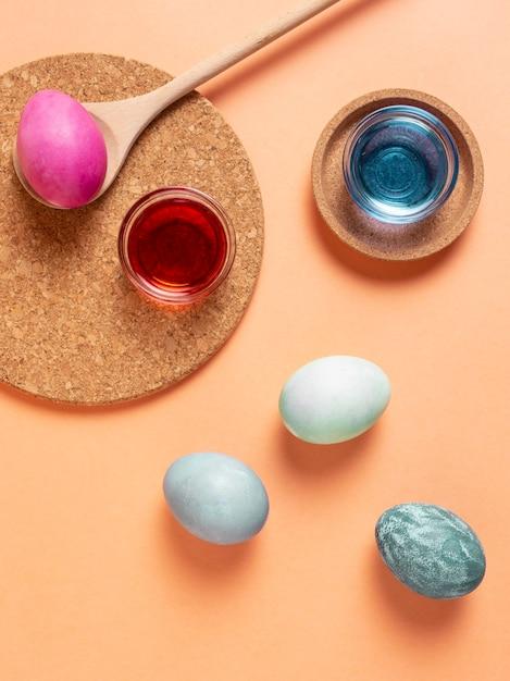 Вид сверху расписных пасхальных яиц с краской Premium Фотографии