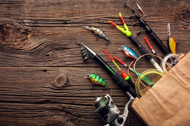 釣りの必需品とコピースペースを持つ紙袋の平面図 Premium写真