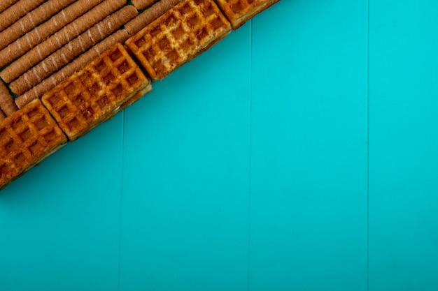 Вид сверху шаблон печенье и хрустящие палочки на синем фоне с копией пространства Бесплатные Фотографии