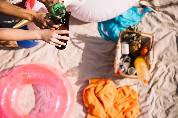 砂のピクニックバスケットのトップビュー 無料写真