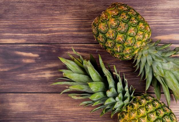 Вид сверху ананасов на правой стороне и деревянный фон с копией пространства Бесплатные Фотографии