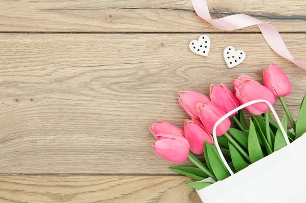 Вид сверху розовых тюльпанов на деревянный стол Бесплатные Фотографии