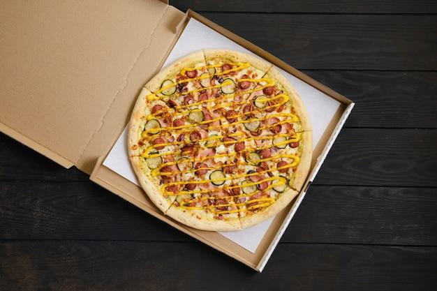 ソーセージとピザの上面図 Premium写真