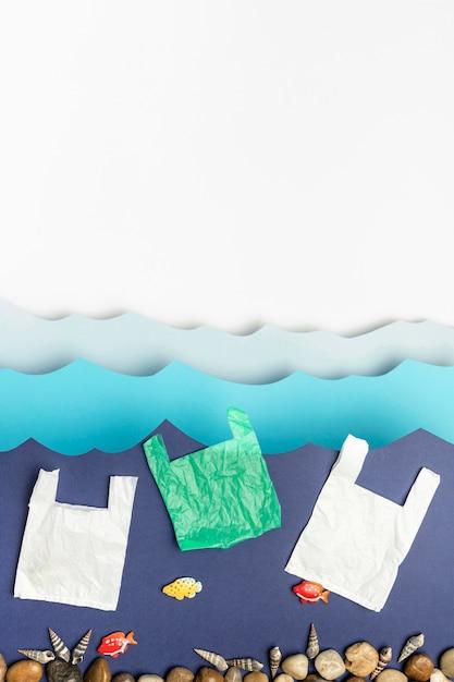 ビニール袋と岩の紙海のトップビュー 無料写真