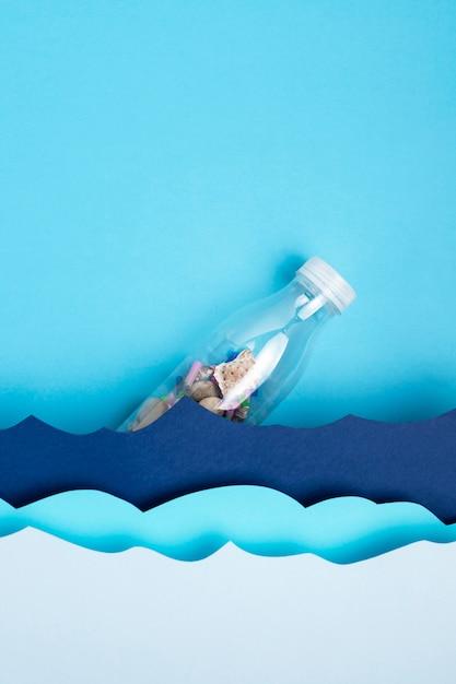 紙の海の波とペットボトルのトップビュー 無料写真
