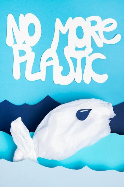 紙の海の波とプラスチックのないプラスチック魚の平面図 無料写真