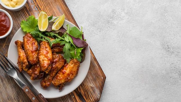 Вид сверху тарелки с жареной курицей и копией пространства Бесплатные Фотографии