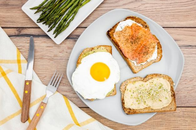 Вид сверху тарелка с тостами и яйцом Бесплатные Фотографии