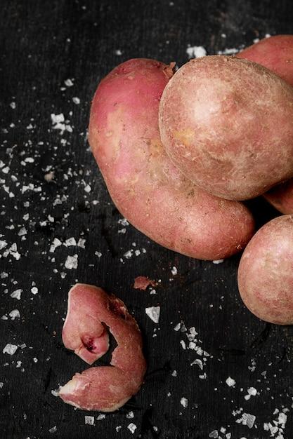 Вид сверху картофеля с солью Бесплатные Фотографии