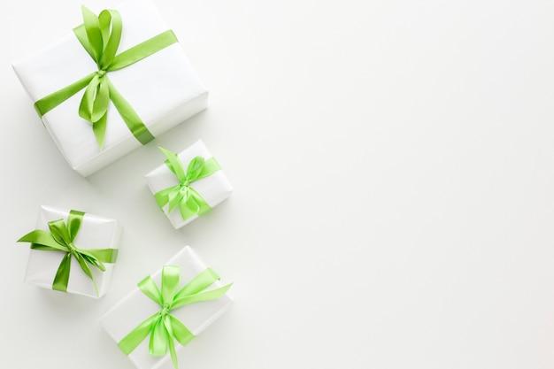 Вид сверху подарков с зеленой лентой Premium Фотографии