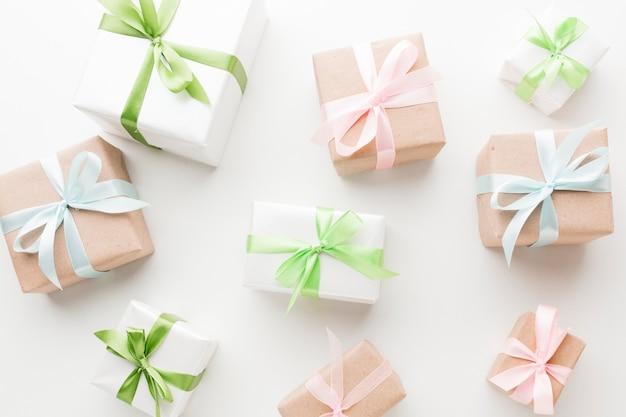 Вид сверху подарков с лентами и бантами Бесплатные Фотографии