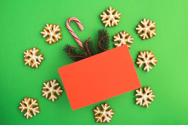 Вид сверху красной карточки для рождественских поздравлений Premium Фотографии