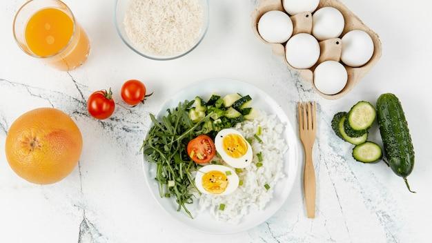 Вид сверху риса и яиц на тарелке с апельсиновым соком Бесплатные Фотографии