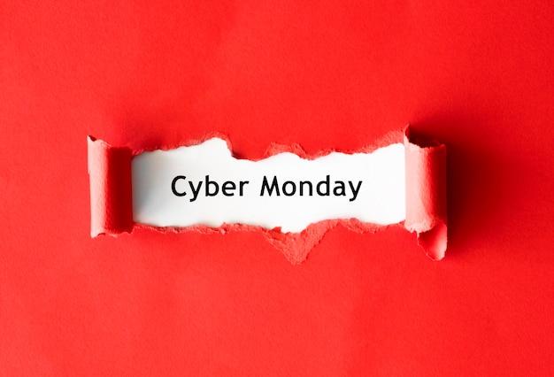 Вид сверху на рваную бумагу для продвижения кибер-понедельника Premium Фотографии
