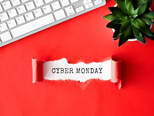 Вид сверху рваной бумаги с клавиатурой и растением для кибер-понедельника Бесплатные Фотографии