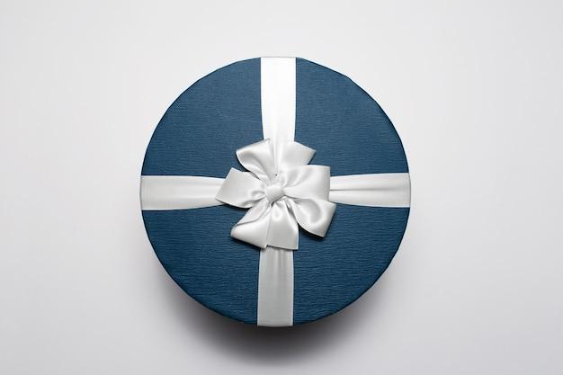 둥근 선물 상자 흰색 배경에 고립의 최고 볼 수 있습니다. 프리미엄 사진