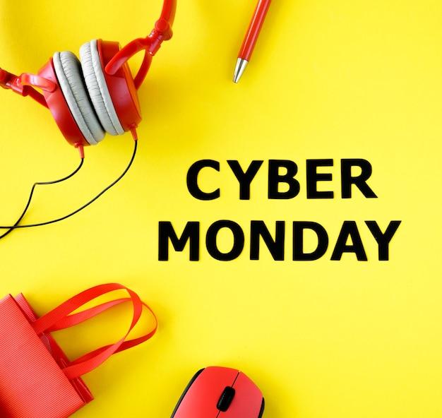 Вид сверху на сумку с наушниками и мышью на кибер-понедельник Бесплатные Фотографии