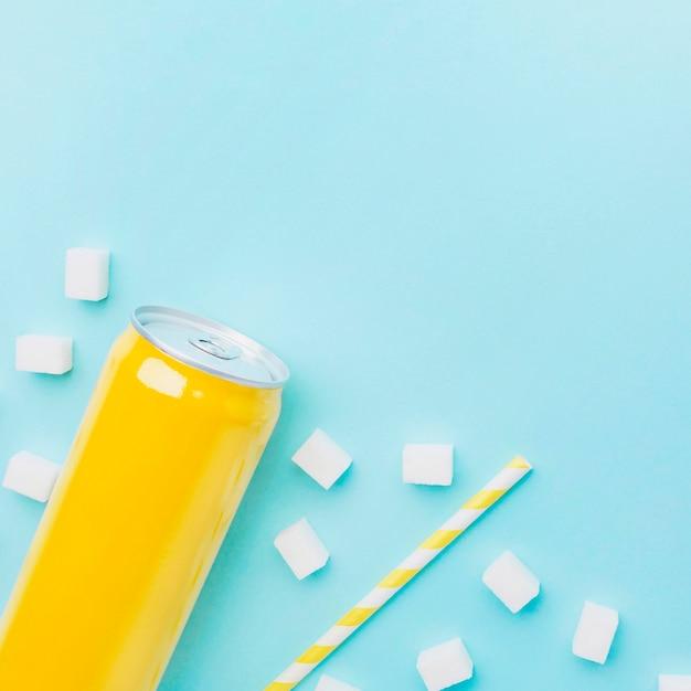 Вид сверху на безалкогольный напиток с кубиками сахара и соломинкой Бесплатные Фотографии
