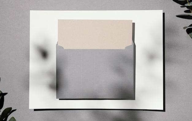 植物と封筒の文房具紙の上面図 Premium写真