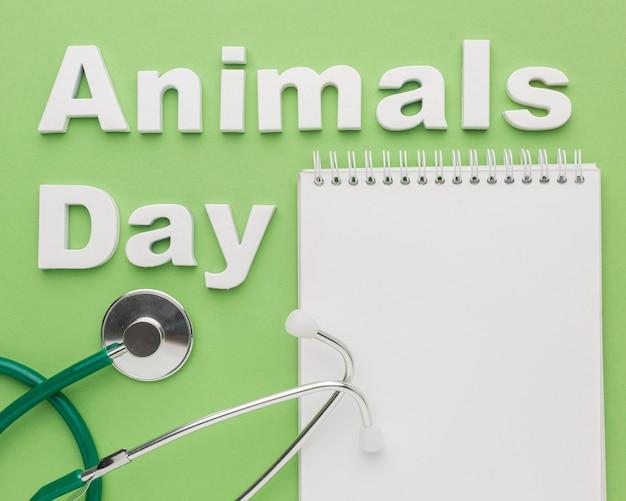 動物の日のための聴診器とノートのトップビュー 無料写真