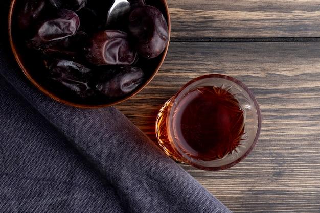 Взгляд сверху сладкого плодоовощ высушенной даты в шаре с стеклом чая armudu на деревянном Бесплатные Фотографии