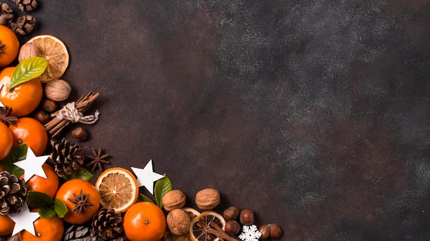 Вид сверху табжеринов с шишками и грецкими орехами на рождество Бесплатные Фотографии