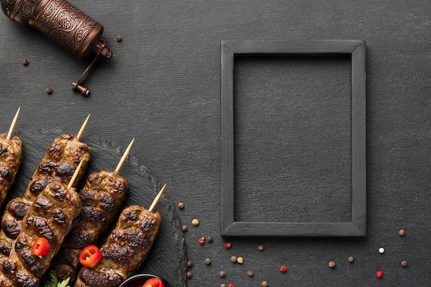 Вид сверху вкусного шашлыка с приправами и рамкой Бесплатные Фотографии