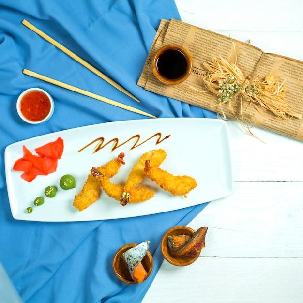 青と白の大皿に生姜とわさびを添えて天ぷらエビのトップビュー 無料写真