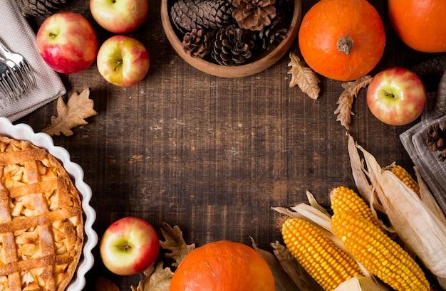 Вид сверху яблочного пирога благодарения с кукурузой и сосновыми шишками Бесплатные Фотографии