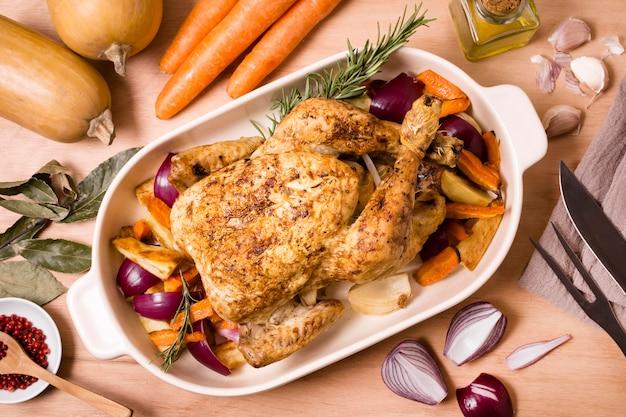 ローストチキン料理の感謝祭のテーブルの上から見る 無料写真