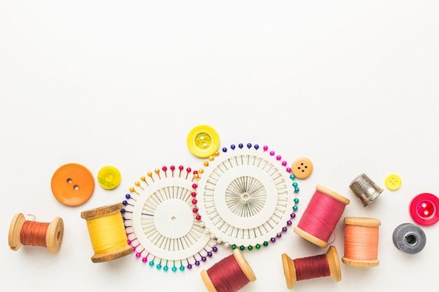 針とボタンの付いた糸の上面図 無料写真