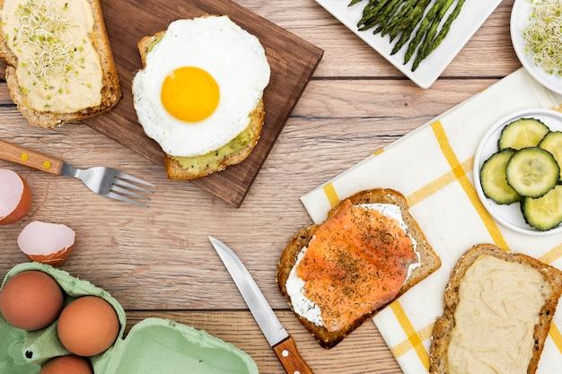 Вид сверху тост с яйцом и огурцом Бесплатные Фотографии