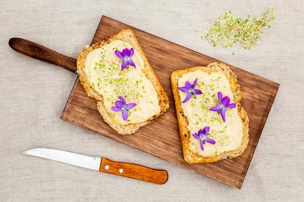 Вид сверху тост с цветами на разделочную доску Бесплатные Фотографии