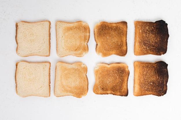 Вид сверху расположения поджаренного хлеба Premium Фотографии