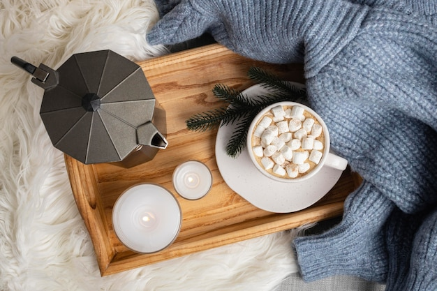 キャンドルとマシュマロとホットココアのカップとトレイの上面図 無料写真