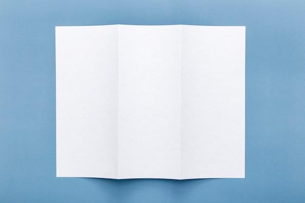 3つ折りの空白のメニュー用紙のトップビュー 無料写真