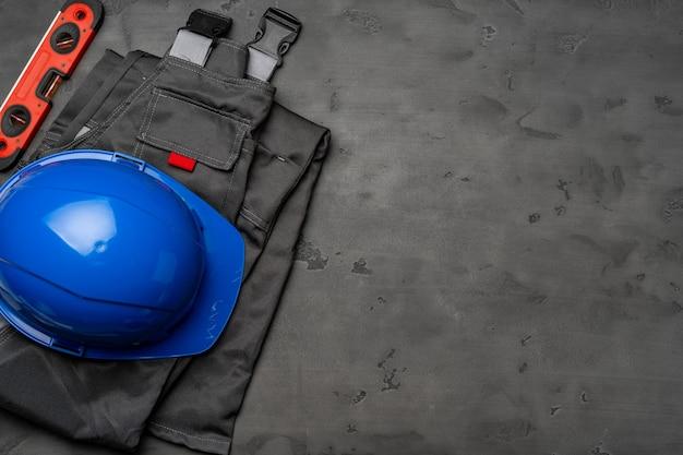 나무 배경에 건설 노동자의 유니폼의 상위 뷰 프리미엄 사진