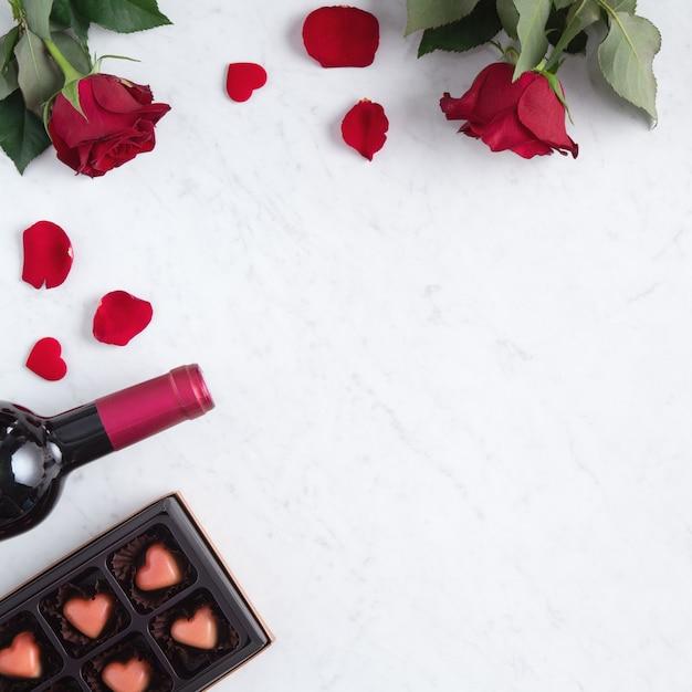 Вид сверху на шоколад на день святого валентина с розой и вином Premium Фотографии