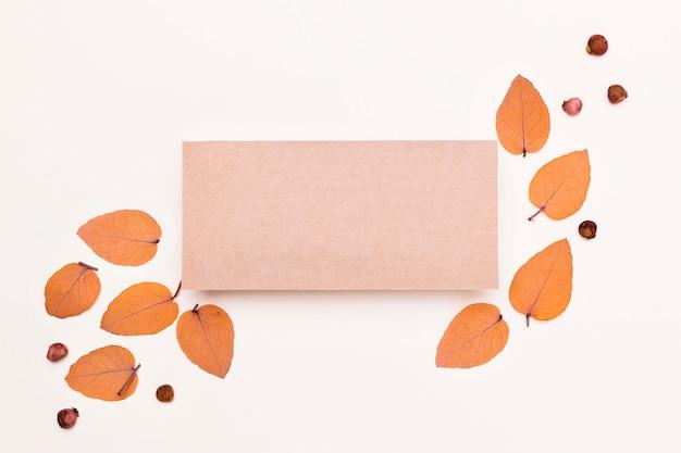 Вид сверху на разнообразие осенних листьев с бумагой Бесплатные Фотографии