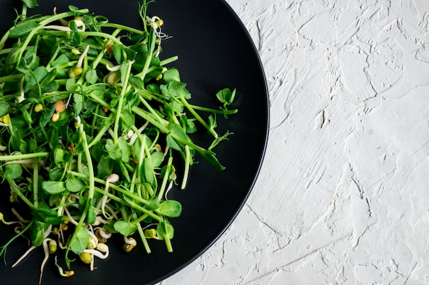 Вид сверху веганский здоровый салат из гороха ростки зелени и проросших бобов Premium Фотографии