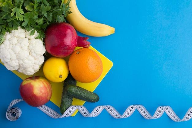 Вид сверху на овощи, фрукты и белый сантиметр Premium Фотографии