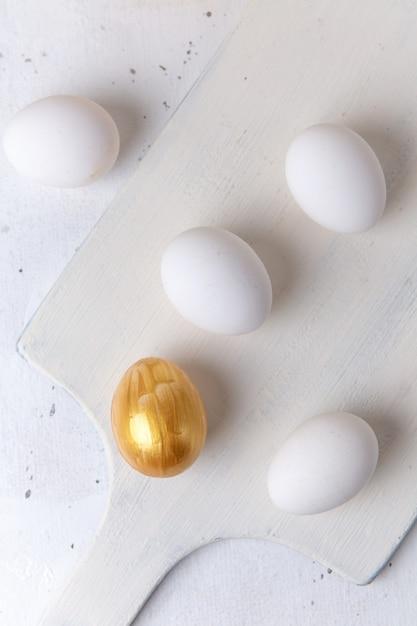 白い表面上の全卵の上面図 無料写真